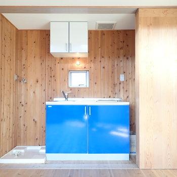 キッチンの左には洗濯機、右には冷蔵庫を置けますよ。