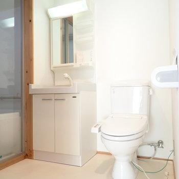 洗面台とトイレは脱衣所に。おそうじはこまめにすると、においも気になりませんよ!