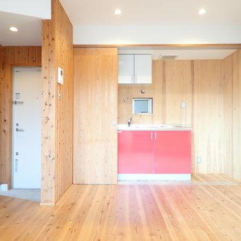 かわいらしい赤いキッチン。