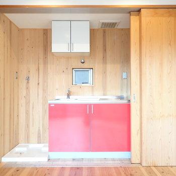 キッチンの左には洗濯機、右には冷蔵庫を置けます!