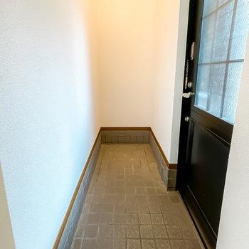 玄関はこんなにも奥行きが。靴箱はありませんが、お好きな物を設置できますよ。