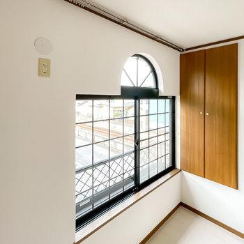 カーテンレールが天井にあるので、カーテンの引き方もヨーロピアンにできるんです◎