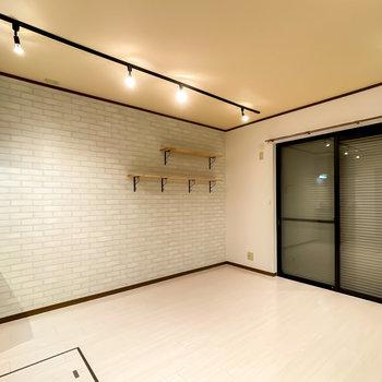 反対側はサブウェイタイル風のクロスに。木製の天板に黒い鉄製脚の家具が似合いそう◎