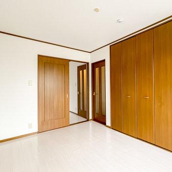 照明は賃貸でも使えるライティングレールにすると◎もうひとつの洋室へは引き戸でもアクセス可能。