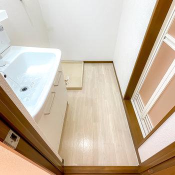 脱衣所はひとりでゆったりと使える広さ。奥には洗濯機置場があり……