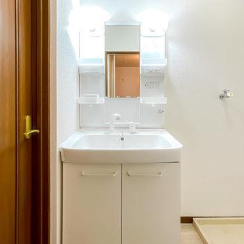手前には新しい洗面台が!照明は暖色の物に付け替えるとLDKと雰囲気を統一できます。