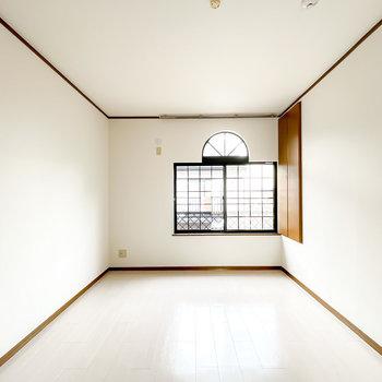 北側の洋室は約7.8帖。アーチと格子の窓がヨーロピアンで可愛らしい!