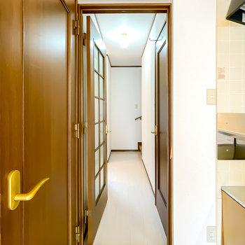 トイレは廊下に出て右に。廊下の照明も暖色に変えると◎