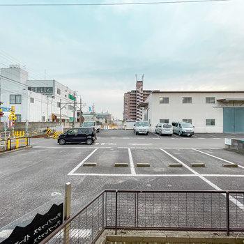 目の前は敷地内駐車場で、その向こうには道路が。こちらもカーテンで視線を遮りましょう。