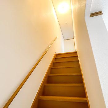 お次は手すりの付いた階段を上がって2階へ。