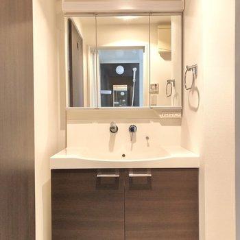 広々とした洗面台!優雅に朝の準備ができそうな予感です。(※写真は6階の同間取り別部屋のものです)