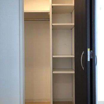 キッチン横のクローゼットはカテゴリーに分けて収納しやすいですね◎(※写真は6階の同間取り別部屋のものです)