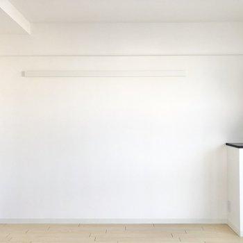 クロスはホワイトなので同系色の家具がしっくりくるかも!(※写真は6階の同間取り別部屋のものです)