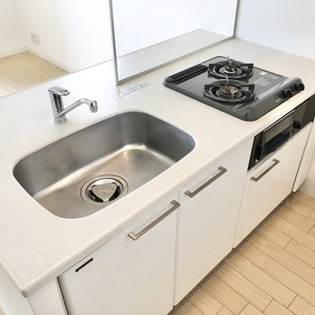 斜め設置の2口コンロで使い勝手が良さそうなキッチン。(※写真は6階の同間取り別部屋のものです)