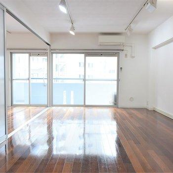 床がピカピカまぶしい※写真は3階同間取り・別部屋のものです。