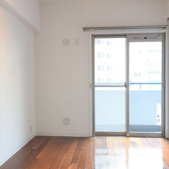 洋室も窮屈感がないですね※写真は3階同間取り・別部屋のものです。