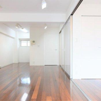 ソファもテーブルも、大きな本棚だって置けますよ※写真は3階同間取り・別部屋のものです。