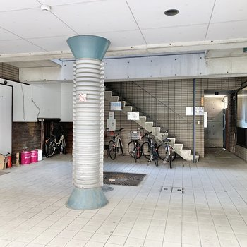 1階に自転車を置けるみたい。左右に飲食店があります。