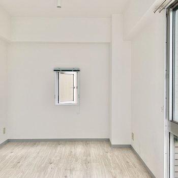 ちょこんとした小窓、どこかにループできそうな気配だってします。