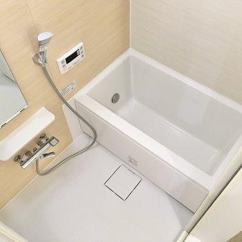 シンプルな浴室。追い焚き機能付きで、いつでも温かいお湯に浸かれますよ。