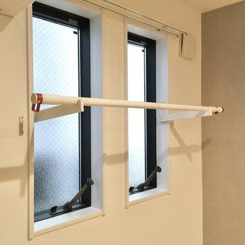 窓際には物干し竿が。