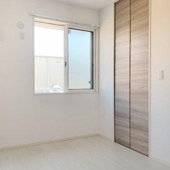 洋室には小窓付き。エアコン設置可能です。