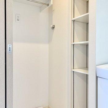 洗濯機周りにラックなど収納スペースが。