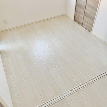 洋室はこの広さ。セミダブルベッドをすっぽりと嵌めるように置きたい。