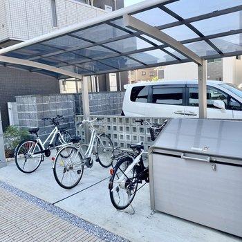 駐輪場は屋根付き。宅配ボックス・敷地内ゴミ置場も。