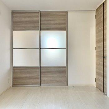 リビングと洋室を仕切るのは2枚の引き戸。すりガラスが埋め込まれているので閉め切っても明るさを保てます。