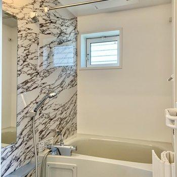 浴室にも窓。