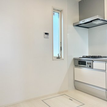 キッチンにも窓があり、床下収納もあります。