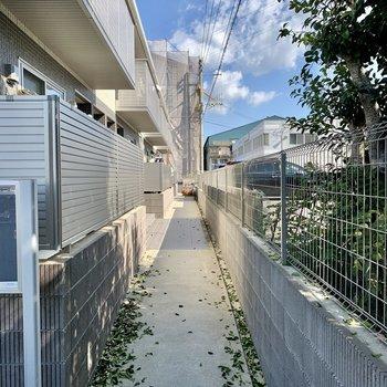アパート右の細道から玄関へ。