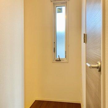 左奥から階段降りて玄関へ。