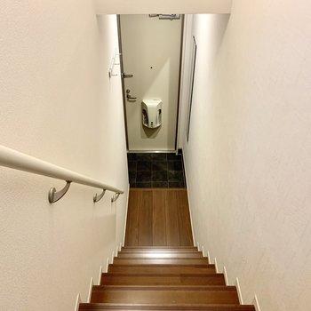 玄関の照明は人感センサー付き。