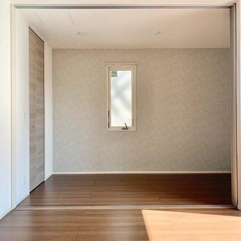 奥が洋室。小窓あります。