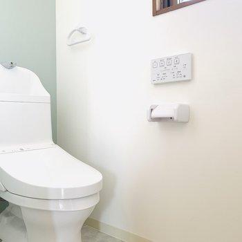 お手洗いは爽やかなミント色のアクセントクロスが素敵。(※写真は3階の同間取り別部屋のものです)