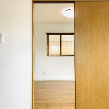 洋室は引き戸でつながっていました。お隣のお部屋へ。(※写真は3階の同間取り別部屋のものです)