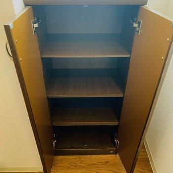 1段に2足ずつ入る大きさのシューケース。玄関が広いので他にもシューケースを用意すれば収納できそうです。(※写真は3階の同間取り別部屋のものです)