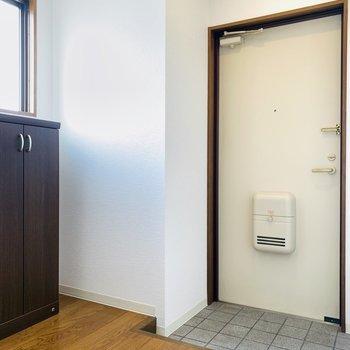 広々とした玄関スペース。(※写真は3階の同間取り別部屋のものです)