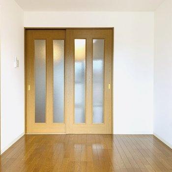 こちらも2面彩光なんです。1階に1部屋ずつだから出来る設計です。(※写真は3階の同間取り別部屋のものです)