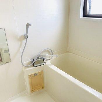 窓付で開放感のあるバスルームです。(※写真は3階の同間取り別部屋のものです)