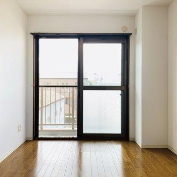 まずは右のお部屋。2面彩光で明るいです。(※写真は3階の同間取り別部屋のものです)