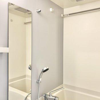 浴室乾燥付きのバスルーム。