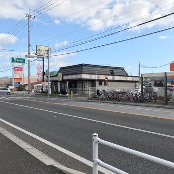最寄りのバス停の近くには、スーパーやドラッグストア、飲食店も。