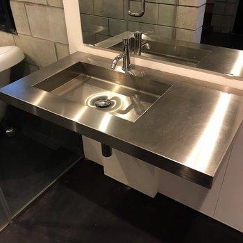 【1F】洗面台もクールなんです。隣が洗濯機置場です。(※写真は反転間取り別部屋のものです)