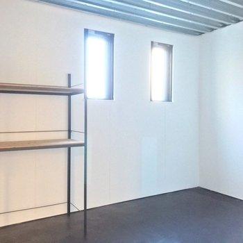 【1F】ダブルベッドがすっぽり入りそうな広さです。(※写真は反転間取り別部屋のものです)