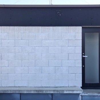 【3F】隣のお部屋とは、このどっしりした塀で仕切られているので安心。(※写真は反転間取り別部屋のものです)
