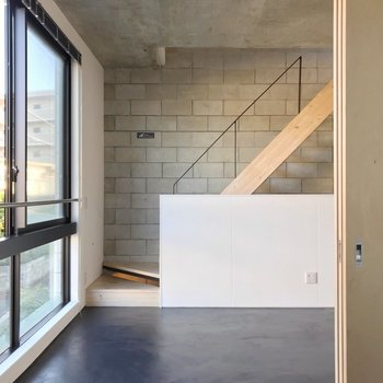 【2F】ブロック、木、コンクリート…異素材たっぷりのクールな空間。(※写真は反転間取り別部屋のものです)