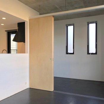 【2F】木の引き戸の先は、3帖ほどの洋室。(※写真は反転間取り別部屋のものです)